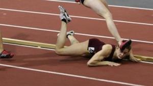 La corredora se cayó dolorosamente durante el final. ¡Lo que hizo después causó