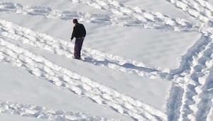 Este hombre anda en círculos por la nieve. ¡Te va a impresionar el efecto!