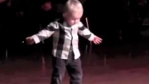 El niño de 2 años salió al centro e hizo algo que no hubiera sospechado nadie.