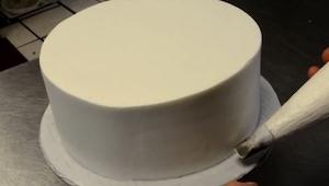 Cogió una tarta más típica del mundo y empezó a decorarla. ¡El efecto es maravil