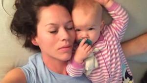 Una madre quería echarse una siesta al lado de su hijita, ¡lo que sucedió luego