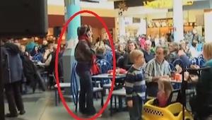 Estaban comiendo en el centro comercial y por supuesto no esperaban ser testigos