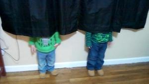 Parece que estos niños no entienden del todo cómo se juega al escondite... ¡El n