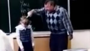 Un profesor violento empieza a pegar en la cara a una alumna... ¡Su reacción no