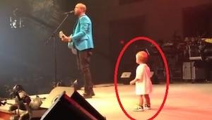 Un niño entró en el escenario para abrazar a su padre. Sin embargo lo que hizo l