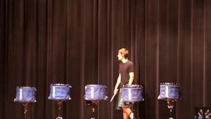 Entró en el escenario el solito... ¡Un rato después todo el público gritó de adm