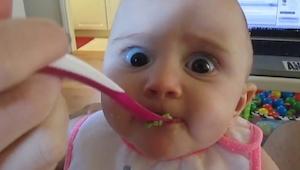Esta niña por  primera vez en su vida prueba un aguacate...