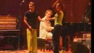 ¿Ves el hombre con el pantalón amarillo? Observa sus piernas cuando oigas la mús