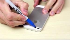 Pegó la cinta adhesiva sobre su móvil y la pintó en azul. Cuando terminó, obtuvo