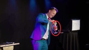 Este ilusionista se bebió el contenido de la copa y después  invitó al escenario