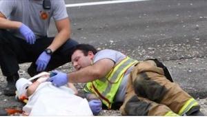 Un bombero se tumbó al lado de un niño herido y sacó su móvil.. ¡No adivinas par