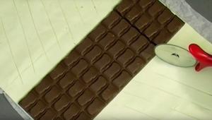 Puso una tabla de chocolate sobre hojaldre y luego preparó un postre que parece