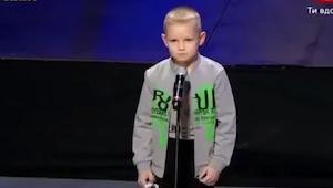 Un chiquillo entró en el escenario. ¡Lo que hizo un rato después dejó a todos bo