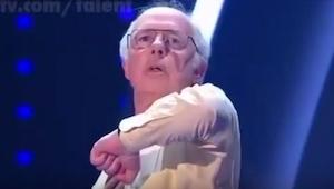En el escenario apareció un señor mayor. Al principio sólo estaba quieto, pero u