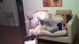 Una mujer puso una cámara oculta y gracias a eso vio que hacía una cuidadora con