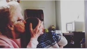 No lo querían sus propios padres, pues su abuela cuidó de él. ¡La manera en cuál