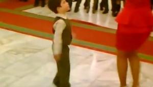 Este chico pidió a una mujer un baile. ¡Un segundo después les impresionó a todo
