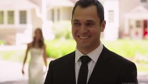 Está a punto de ver a su novia con el traje de boda. ¡El mismo no sospechaba que