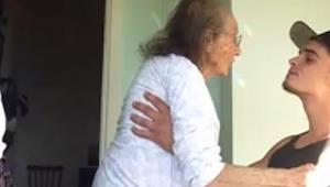 Un joven cuida a su abuela enferma. ¿Qué pasó cuando puso la radio? ¡Tenéis que