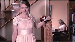 Cuando bajó la escalera vestida con su vestido de baile de graduación, no espera