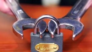 Cogió un candado con dos llaves. Cuando las apretó... ¡Me cuesta creerlo!