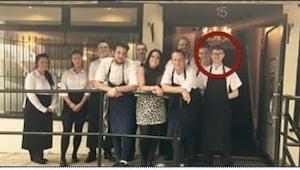 Unos clientes de un restaurante ofendieron a un camarero, pues su jefe hizo algo