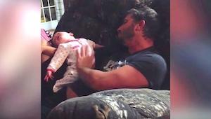 Un padre cogió a su hijita en brazos, pero su mujer no esperaba grabar algo así.