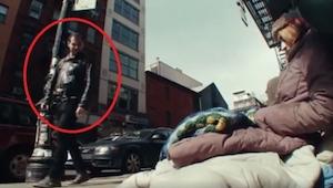 Pasaron al lado de unos sin techo sin darse cuenta quién eran en realidad... ¡Im