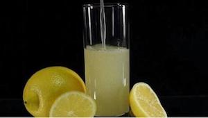 Es suficiente añadir un ingrediente al agua con limón para combatir el dolor de