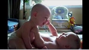 ¡Estos gemelos tuvieron la conversación más dulce del mundo! Este video pone de