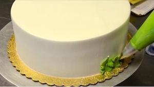 ¡Tardó sólo 2 minutos en decorar esta tarta, parece imposible! ¡Y mirad el efect