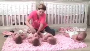 Una madre puso a sus cuatrillizos sobre la alfombra para cambiarlos. ¡Lo que hiz