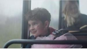 Un niño con una muñeca despertó la risa de otros niños en la parada de autobuses