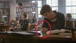 Un adolescente aburrido escribe en su mesa. ¡Cuando al día siguiente ve esta no