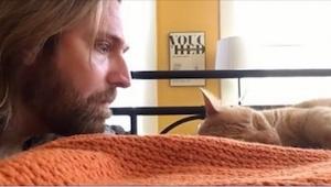 Este hombre se acercó a un gato dormido, por lo que hizo me puse a llorar... de