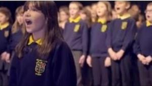 Una niña de 10 años con autismo se puso delante del coro escolar. ¡Cuando empezó