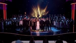 ¡El público se quedó quieto cuando unas 165 personas empezaron a cantar ESTE éxi