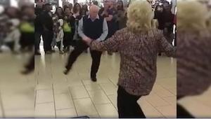 ¡Lo que esta pareja hizo en un centro comercial, ya es viral! ¡Son totalmente ex