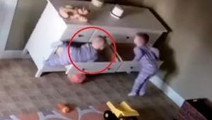 Una cómoda le aplastó a un chiquillo. ¡Cuesta creer lo que hizo su hermano melli