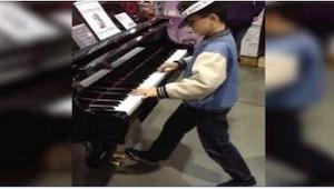 Este chiquillo vio su instrumento favorito en una tienda y no pudo resistir la