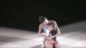 En el escenario apareció una madre con su hijita. ¡Su actuación fue genial!
