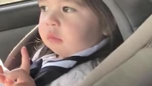 Déjalo todo y mira cómo esta niña reacciona al escuchar su canción favorita. Ya
