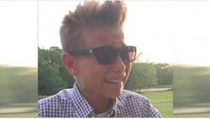 A este chico le regalaron unas gafas rarísimas. Cuando se las puso, pasó por el