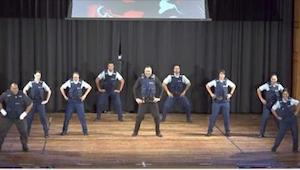 ¿Los policías bailando con esta música? ¡Hay que verlo!