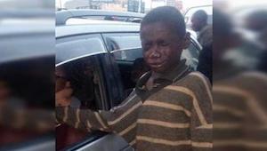 Se acercó a un coche a pedir limosna, pero al ver la cara del conductor apartó l