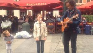 Insistía en que el músico callejero cantara con su hija. ¡Cuando empezó a cantar