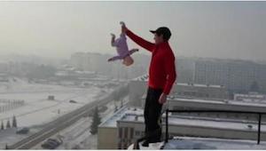 Aggaró a su niña de una pierna y se acercó al borde del edificio. ¡Nunca pensó e