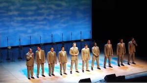 Un grupo de hombres salió al escenario. Un rato después todos sonrían y abucheab