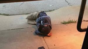 Los trabajadores de la perrera vieron a un vagabundo durmiendo delante del centr