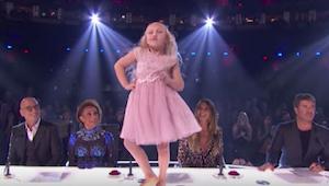 Una niña de 9 años empieza a bailar delante de los miembros del jurado, pero ya